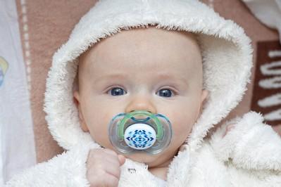 Smoczek – czy potrzebny jest dziecku i jak go stosować?