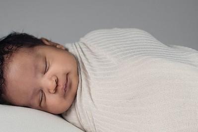 Swaddling: ciasne zawijanie niemowlaka może być niebezpieczne