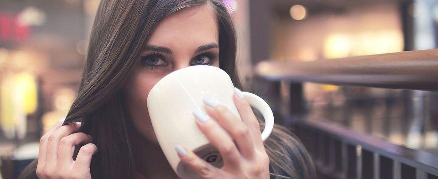 Kawa bezkofeinowa w ciąży – czy to zdrowsza alternatywa dla kawy z kofeiną?